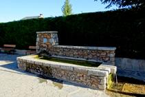 Fuente en la plaza Major de Urús.