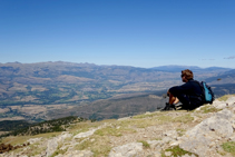Recuperamos fuerzas disfrutando de las vistas de la Cerdaña antes de emprender la bajada.