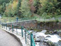 Puente metálico para cruzar el río.