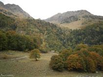 Cabaña de la Artiga de Lin y, al fondo, la cascada de Pomèro.