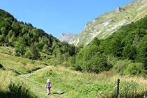 Subiendo por el valle de la Gela.