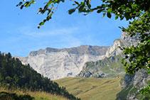 Característico estrato de roca caliza blanquecina de la muralla de Barroude, entre los picos de la Géla y de Tromouse.