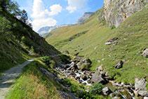 El camino se acerca hasta tocar el río, la Neste de la Géla.