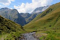 El valle se abre y nos ofrece vistas impresionantes.
