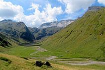 Vistas a la cabecera del valle de la Géla con la muralla de Barroude al fondo.