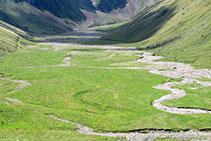 La antigua cubeta glaciar ha quedado rellena por sedimentos.