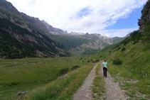 El camino avanza hacia la cabecera del valle.