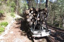 Vagoneta cargada de madera.