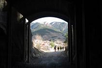 Salida del segundo túnel de la Vía del Nicolau, con el pueblo de Bagá al fondo.