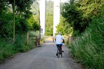 Ciclistas en la vía del Carrilet.