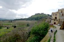 Bajamos hacia las huertas con el castillo de Hostalric omnipresente.