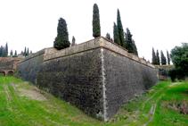Muros exteriores del castillo de Hostalric (fuera de ruta).