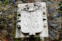 Escudo de armas en el castillo de Hostalric (fuera de ruta).