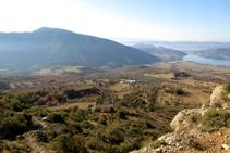 Vistas al valle del río Carreu. Al fondo, la montaña de Sant Corneli.