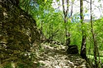 Paredes de piedra seca en el camino de Arnui.