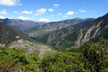 Vistas hacia Tírvia y las montañas del Alto Pirineo al fondo.