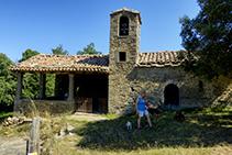 La ermita románica de Sant Corneli. En el lado N encontramos un dolmen.