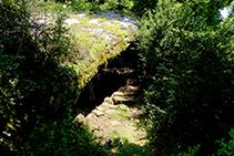 La Balma de Cortils donde una roca sobresale en una pared roco y forma una cavidad debajo.