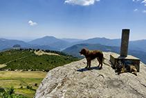 Desde la Rocallarga, a pesar de su modesta altitud, se puede disfrutar de una de las mejores vistas panorámicas de la zona: desde el mar mediterráneo hasta Montserrat, pasando por el Macizo del Montseny y las Guilleries.