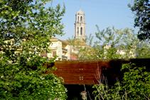 El puente sobre el Onyar y el campanario.