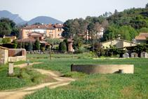 El estanque de Can Xifra. Al fondo, Sant Dalmai.