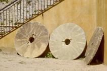 Tres antiguas muelas del molino.